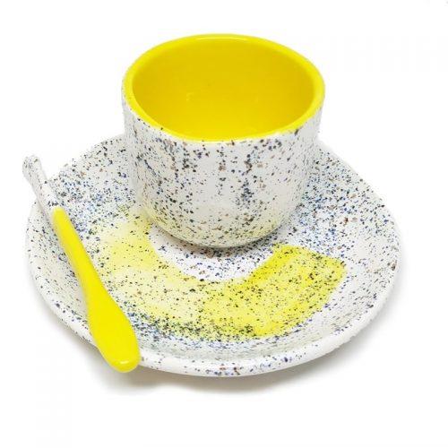 Taza de café hecha a mano amarilla