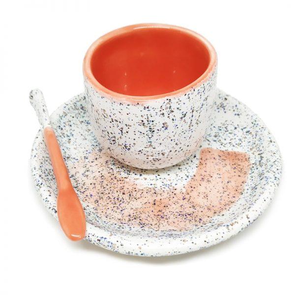 Taza de café hecha a mano coral