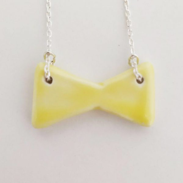 collar color amarillo